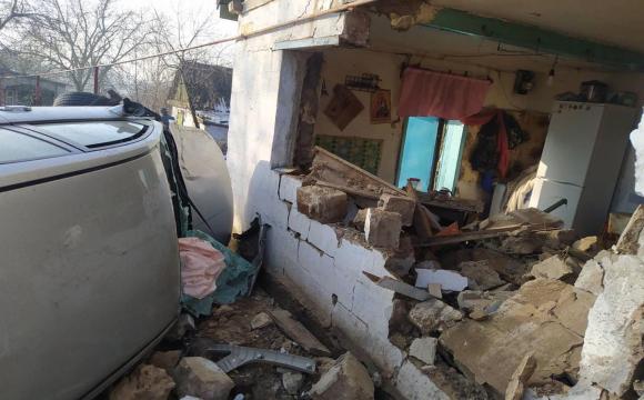 На Дніпропетровщині легковик протаранив стіну будинку: п`ятеро потерпілих