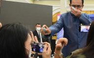 Не сподобалось питання: прем'єр-міністр оббризкав журналістів антисептиком. ВІДЕО