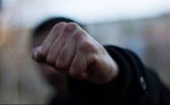 Жбурнув каміння у лице 2-річній дитині: 29-річний чоловік побився з жінкою
