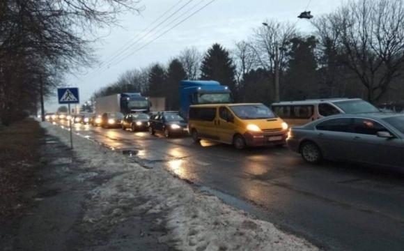 Лучани скаржаться на постійні затори в районі Рівненської. ФОТО