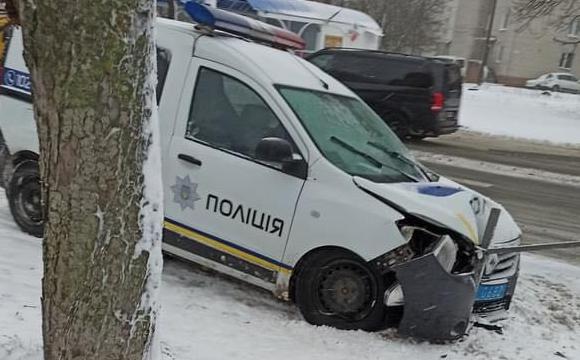 На Соборності поліцейське авто протаранило паркан та настромилося на арматуру. ФОТО