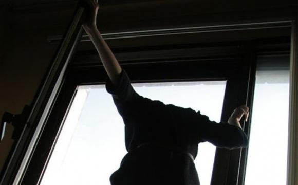 В Луцьку дівчина викинулася з вікна