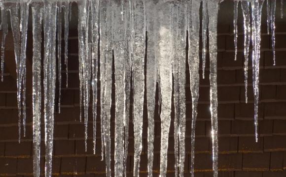На столичній багатоповерхівці утворилася 10-метрова бурулька. ФОТО