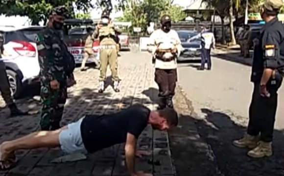 На Балі туристів без масок поліція змушує... віджиматись. ВІДЕО