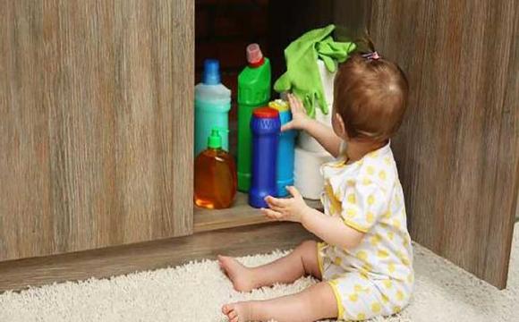 2-річна дівчинка напилася миючого засобу для духовки