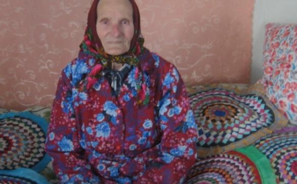 89-річна волинянка плете барвисті «кружечки-килимки»