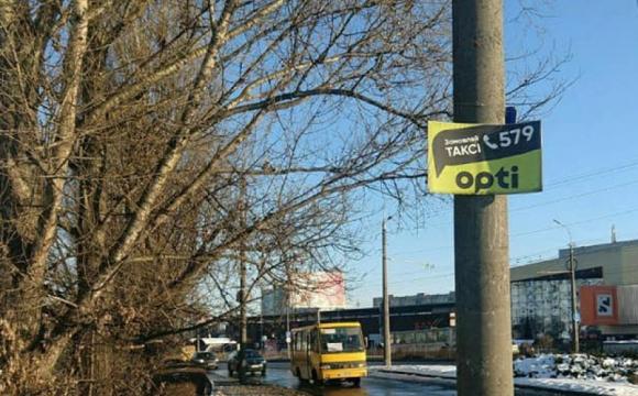 Популярну службу таксі в Луцьку оштрафують за стихійне розміщення реклами. ФОТО