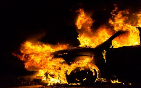Біля спорткомплексу волинського університету вогонь знищив 5 автівок