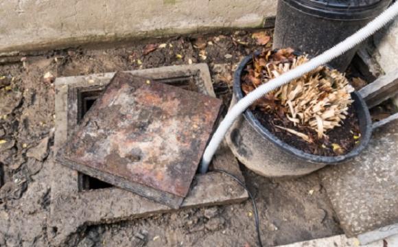 Сліди крові на стінах та підлозі: чоловік зарізав квартиранта та викинув його тіло у вигрібну яму