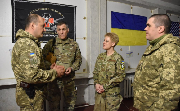 """Військова аташе США відвідала зону ООС із шевроном """"Україна або смерть!"""" ФОТО"""