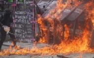 Феміністки облили бензином і підпалили кордон з жінок-поліцейських. ВІДЕО