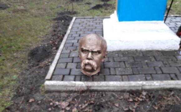 Пам'ятнику Шевченку відрізали голову