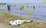 На пляжі в Одесі люди пів дня відпочивали поруч з тілом потопельника. ВІДЕО