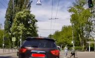 Пішоходи ігнорують світлофор біля входу у Центральний парк Луцька. ВІДЕО