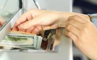 Скільки валюти продали українці в квітні