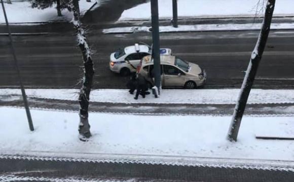 Стали відомі подробиці ДТП за участі патрульного авто і таксі. ФОТО