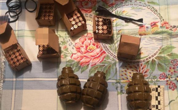 Обшуки в Луцьку: вилучають зброю, боєприпаси, вибухові речовини. ФОТО