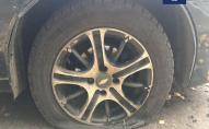 Чоловік за одну ніч порізав шини на 20 автомобілях. ВІДЕО