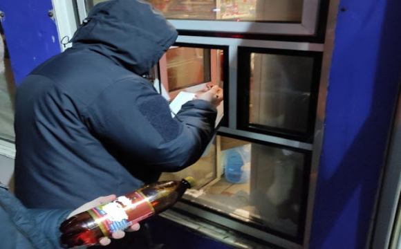 В Луцьку продавщиця кіоску продавала алкоголь вночі. ФОТО