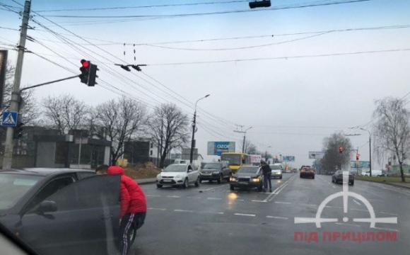 На вулиці Рівненській у Луцьку трапилась ДТП. ФОТО