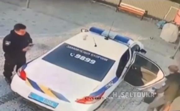 Поліцейські вкрали урну для сміття. ВІДЕО