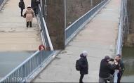 Перехожі врятували на мосту чоловіка. ВІДЕО