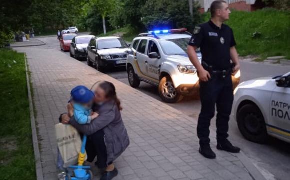 Втік за 2 км: у Львові хлопчик на самокаті втік від мами