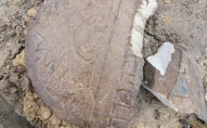У Луцьку огорожею для квітника слугували уламки єврейських пам'ятників. ФОТО