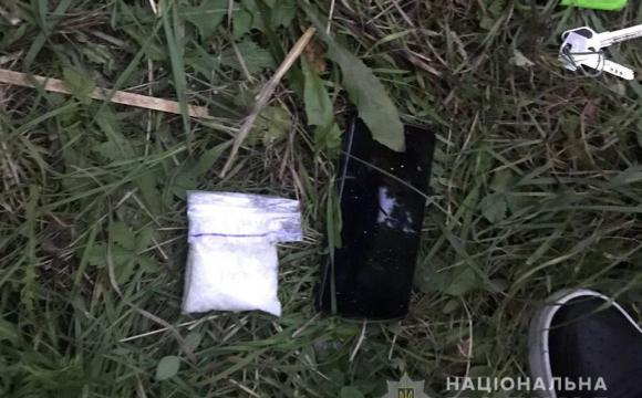 Неподалік Луцька чоловік розкладав особливо небезпечні наркотики. ФОТО/ВІДЕО