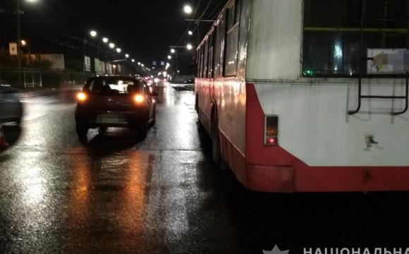 У Луцьку автомобіль збив водія тролейбуса, чоловіка госпіталізували