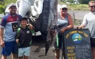 11-річний хлопчик піймав гігантську рибу вдвічі важчу за себе. ФОТО