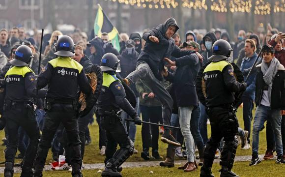 Водомети і кінна поліція: в Амстердамі розігнали акцію протесту
