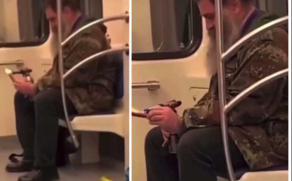 Легкий перекус: чоловік смажив сосиску у вагоні метро. ВІДЕО