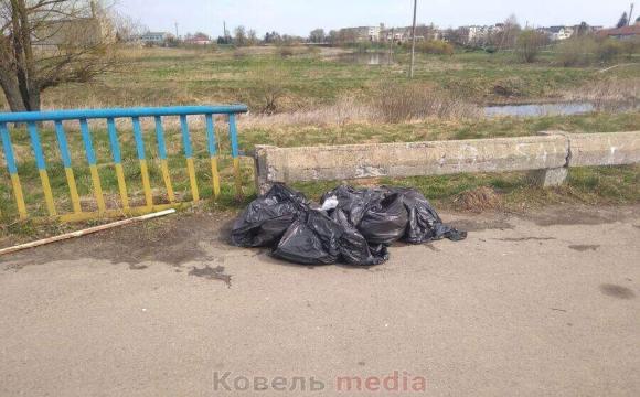 У Ковелі комунальники не можуть прибрати сміття за 100 метрів від своєї адміністрації