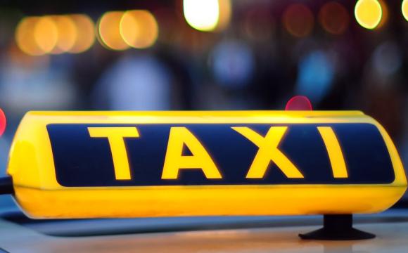 Просить гроші на продукти, а потім їде додому на таксі: як бабуся обдурює людей. ФОТО