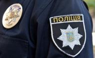 Без причин: чоловік увірвався до відділку поліції та вдарив поліцейську по голові