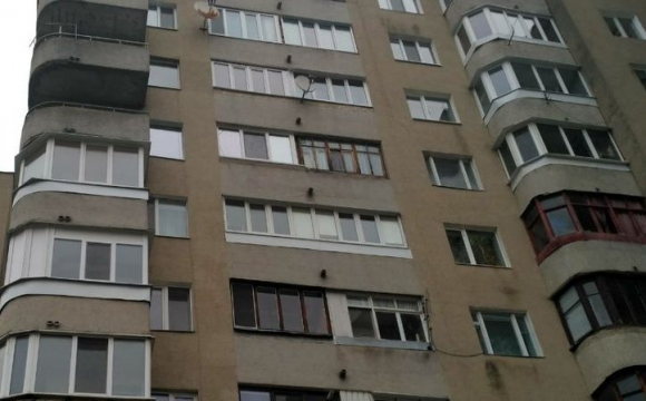 Занадто шуміли: у Києві бабуся з 8 поверху кидалась посудом та праскою прямо на дітей. ВІДЕО