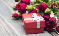 Подарунки на 8 Березня: що купувати жінкам, щоб потішити, а не образити