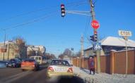Як у Луцьку вчать водити: автівка з автошколи проїхала на червоне світло. ВІДЕО