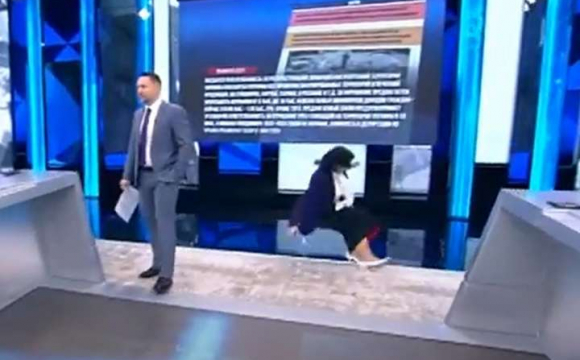 Пропагандистка заперечила Голодомор в Україні і впала з подіуму у прямому ефірі. ВІДЕО