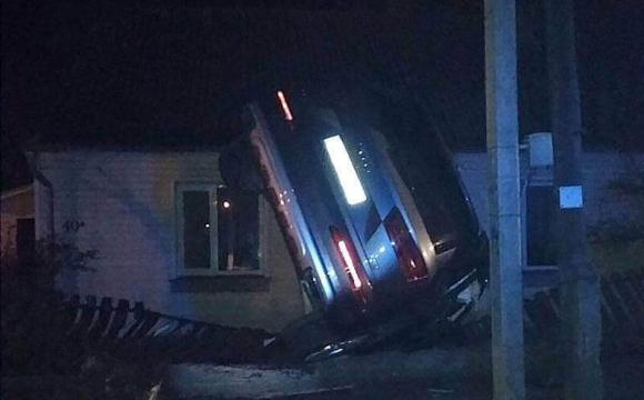 У Ковелі автівка знесла паркан. ВІДЕО