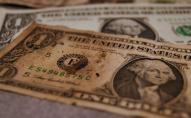 Українським банкам постановили приймати старі долари і євро