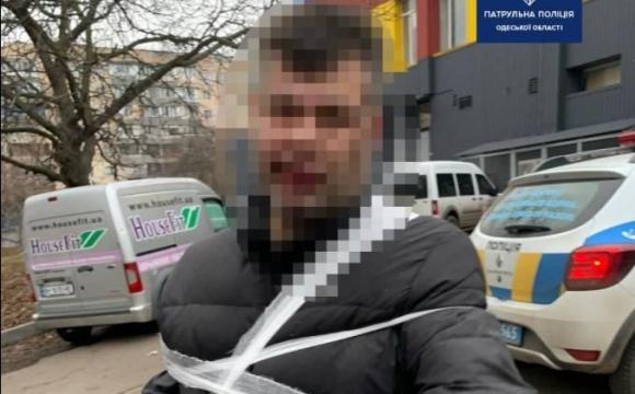 Неадекват облив бензином кіоск та кидався з ножем на людей