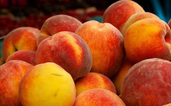 На ринках в Україні з'явилися перші персики: як обрати та скільки заплатити