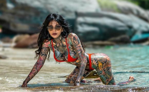 35-річна таїландка зататуювала 98% тіла. ФОТО