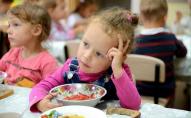 Булочки чи повноцінні страви: як харчуються українські школярі