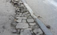 Лучани скаржаться на розтрощені тротуари  та зруйновану зупинку