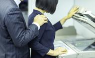 Чіплявся до працівниць адміністрації: губернатора звинуватили у сексуальних домаганнях