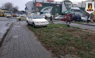 Луцькі водії масово паркуються на зелених зонах. ФОТОФАКТ