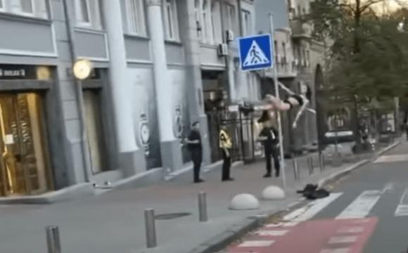 Пікантне шоу у центрі Києва: жінка влаштувала стриптиз на дорожньому знаку. ВІДЕО
